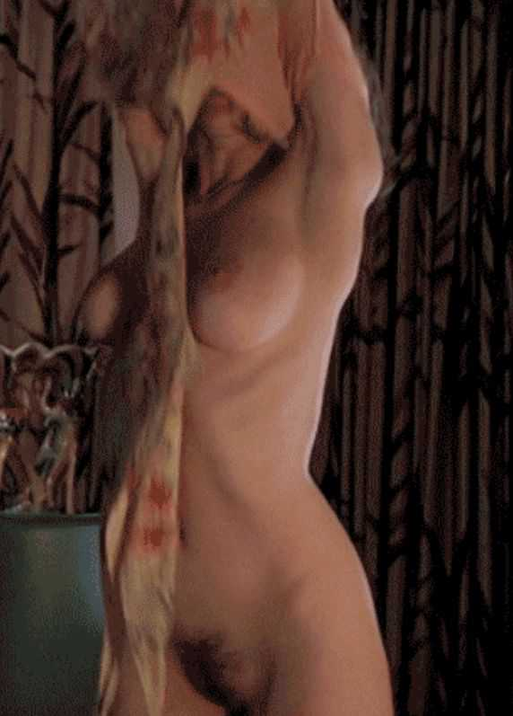 洋画でおっぱいやおまんこの毛みえちゃってるエロシーンのGIF画像