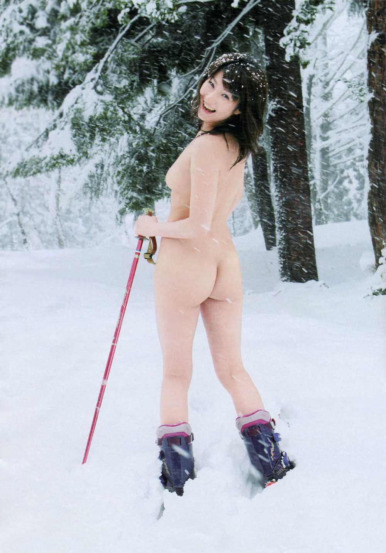 【エロ画像】冬の寒空の中でも露出しちゃってる変態女の子